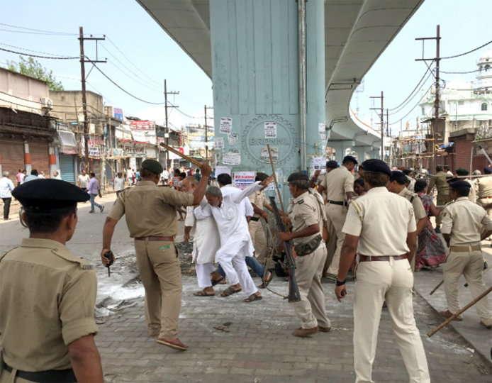 स्टेशन रोड में चला अतिक्रमण हटाओ अभियान, विरोध करने पर पुलिस ने बरसाई लाठी
